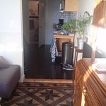 doorkijkje woonkamer, keuken, badkamer
