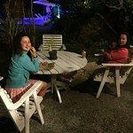 Mesa en Jardín con piscina al fondo de noche