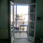 Blick auf den Balkon (inzwischen wurde der deutlich vergrößert), das Meer sieht man im Hintergru