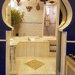 La porte coulissant ouvre la vue sur une salle de bain de rêve (avec douche & jacuzzi)..