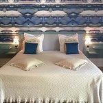 Bienvenue dans la Chambre N°2 papier peint paysages d'encres, parquet, cheminée, TV grand écran.