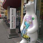 Ein weiterer Berliner Bär und eine Hotelsteele