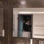 Das gepflegte Bad mit Handtuchwärmer und der Dusche