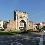 Arco Augusto, der Augustustorbogen Teil der alten Stadtmauer