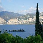 Blick vom Hotelgarten auf den Gardasee