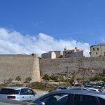 Parking au pied de la citadelle mais souvent plein, alors évitez le.