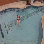 Nuestra host Mailin Avila disfrutando de la piscina con forma de guitarra