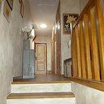 Vue du hall, couloir qui mène aux chambres