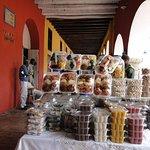 el portal de los dulces es una calle donde los fabricantes de dulces exponen sus productos, muy