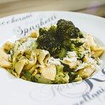 La verde, maccheroni con broccoli ajo aceite E.V.O. queso grana padano