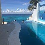 Vista de la piscina y del mar, es casi imposible identificar la diferencia, el agua se ve igual