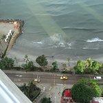 Vista desde el balcón Piso 21 ( haz luminoso del sol antes de salir)