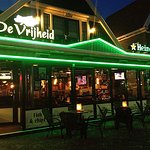 Café-Restaurant de Vrijheid in de avond