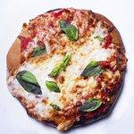La nostra pizza gourmet con lievito madre lievitata in teglia per 36 ore