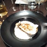 assiette creuse et huître garnie tartare sur lit gros sel