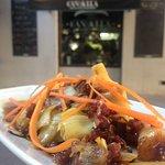 Revuelto de alcachofas, virutas de jamón ibérico, soja... Uno de los platos del menú del día.