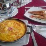El desayuno viene incluido con la habitación y es satisfactorio.