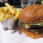 10oz Cheeseburger and chips at Perfectionist's Cafe (19/Oct/16).