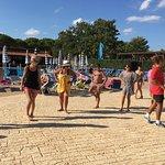 cours de danse au bord de la piscine