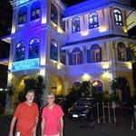 Esta foto mostra o Restaurante Blue Elephant com sua iluminação noturna típica.
