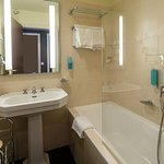 salle de bain (chambre supérieure avec baignoire)