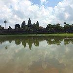 Blick vom linken Beckenrand auf Angkor Wat
