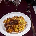 Raviolinis de cerdo, panceta y ciruela con salsa de tomate, oliva, nueces, almendras y puerros