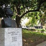 Estátua de um grande músico no jardim em frente ao Hot Clube
