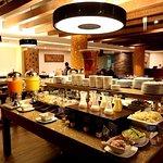 Desayuno Buffet:La más alta variedad de platos fríos/calientes como la zona especial libre de gl