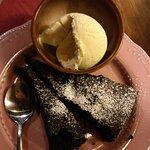 Warmer Schoko-Walnuss-Kuchen mit Vanilleeis. Köstlich!