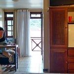 Quarto 12 c/ varanda, cama casal e solteiro, frigo, TV plasma e saleta