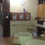 Local do café da manhã. Tbm é servido um cafézinho simples às 18h00.