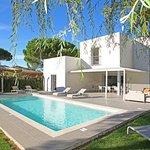 villa 4 chambres, piscine  chauffée et jardin.