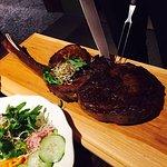 Ausgezeichnete Steaks, frische Salate mit Sprossen, Gemüse knackig fein abgeschmeckt. Sehr gutes