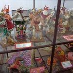 Miniaturas de trajes y máscaras folclóricos bolivianos