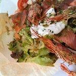 une salade terre et mer : gambas et un saumon ... tip top