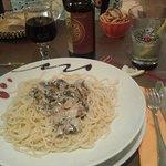 Spaghetti au roquefort et champignons. Que c'est bon ! Plus le chianti qui nous réjouit.