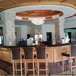 Mitten im Raum die große Bar