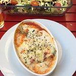Canelones de espinacas y ensalada de queso.