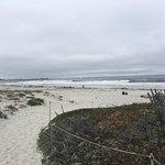 歩いてすぐのビーチ