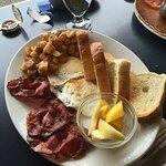 De Bacon, Hashbrowns, fruit, eggs and toast