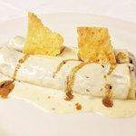 Canelón de carne asada con bechamel suave y crujiente de Parmesano