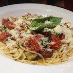 Spaghettini alla Puttanesca, con olive, acciughe, capperi, pomodorini, rucola, aglio e olio