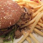 Champignon-Burger mit Pommes/Mayo