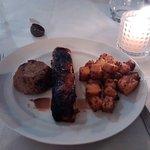 Salmon con crocante de café, calabaza caramelizada con anis y budin de berenjenas ahumada.