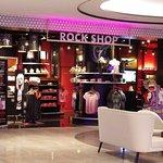 Harde Rock Shop in Foyer