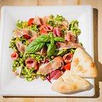 Sałatka z szynką parmeńską i salami