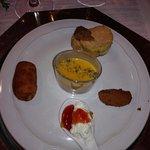 crema de calabaza al curry, croquetas de quisquillas y ciervo, mousse de queso de cabra y tosta