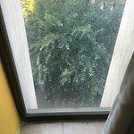 Schimmel und versiffte Fenster!  Ein schmutziges und abgewracktes Zimmer. Bad ohne Duschvorhang,