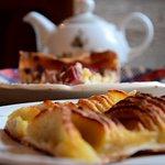 Tarte aux pommes correcte et tarte aux prunes très moyenne. Ces tartes sont à l'air libre !!!!